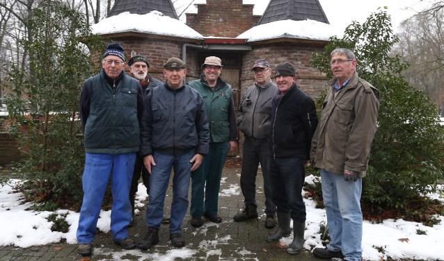 De vrijwilligers van de klusploeg, die de kinderboerderij in kerststemming hebben gebracht (Foto: Marco van den Broek).