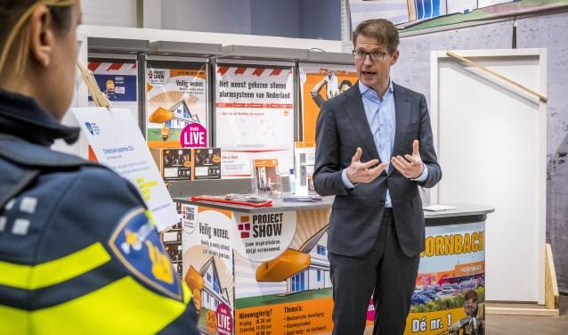 Minister Sander Dekker is tevreden over de cijfers die een daling van het aantal inbraken laten zien.