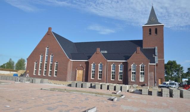 Het nieuwe gebouw, compleet met toren, is een klassiek ontwerp van architect Born uit Middelharnis en telt 1200 zitplaatsen.
