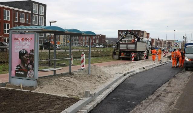 De laatste hand wordt gelegd aan het maken van de halteplaats voor buslijn 51 bij Rijswijk's jongste woonwijk RijswijkBuiten. Foto: Otaweb