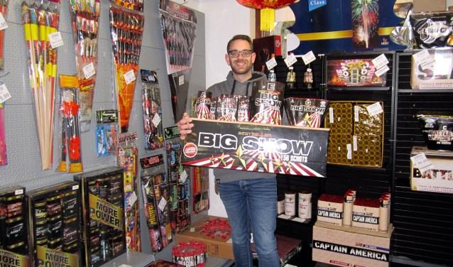 Martijn Mulders runt 51 weken in het jaar een hengelsportzaak in het centrum van Oss. De laatste week van het jaar verandert die winkel in een vuurwerkspeciaalzaak. Daar verkoopt hij onder andere 'compound vuurwerk': samengesteld vuurwerk die men met één lont aansteekt.