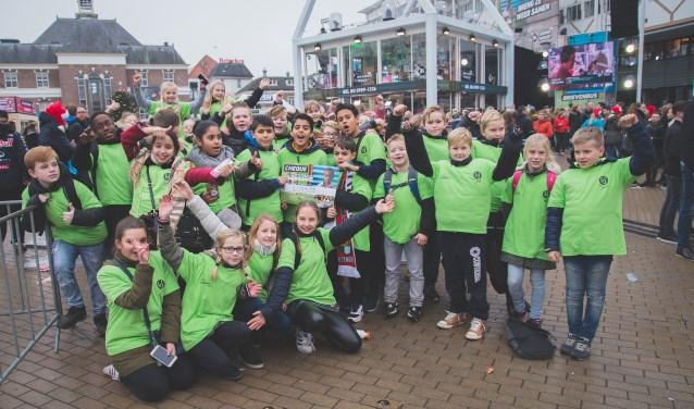 Een foto van de leerlingen van CBS Het Kompas voor het Glazen Huis in Apeldoorn