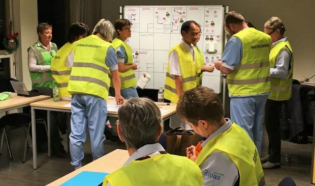 Medewerkers van diverse afdelingen werkten tijdens de oefening samen, zodat alle fictieve patiënten zo snel mogelijk onderzocht en behandeld konden worden. Foto: Rivas