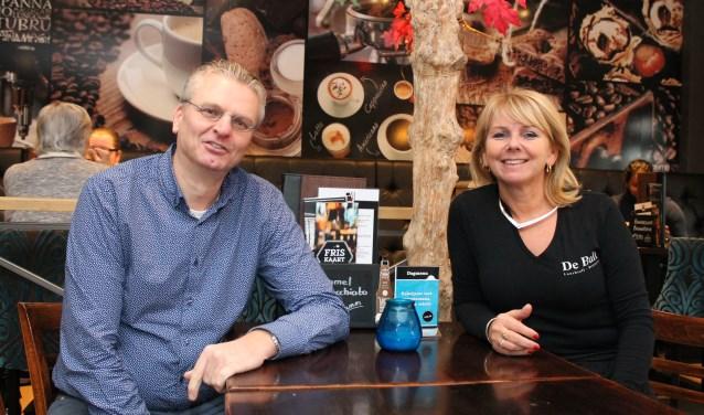 """Anthoni Fierloos en Linda Rijk: """"Het is leuk dat er een goede samenwerking is in dit winkelgebied."""" Foto: Leon Janssens."""
