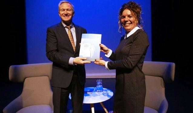 Overhandiging van eerste exemplaar aan wethouder Hans van der Velde (Foto: PR).