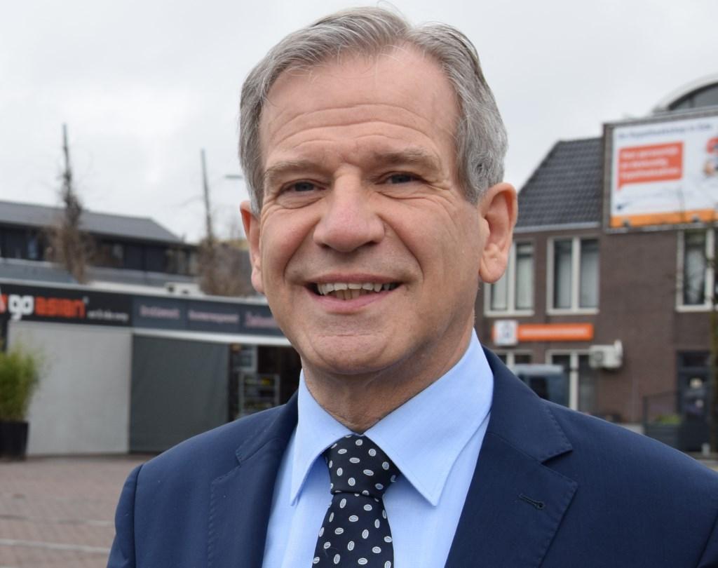 Wethouder Johan Weijland (D66) op de Markt in Ede. Binnen nu en een jaar moet die Markt er compleet anders uit komen te zien. (foto: Danny van Zeggelaar)