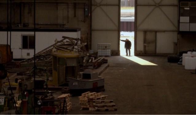 Scene uit De Schelde, Vergeten trots. Adriaan Lous opent de deur van de Machinefabriek. Foto: Margot Schotel/Conny den Heijer