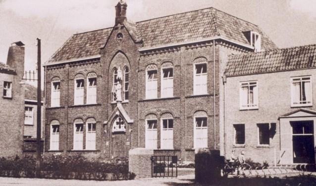 In het klooster vonden de zusters van Liefde uit Schijndel er in 1884 een plek,vooral met de taak om zorg te dragen voor de ouderen, de bejaarden van Berghem. Foto: Beeldbank Berghem