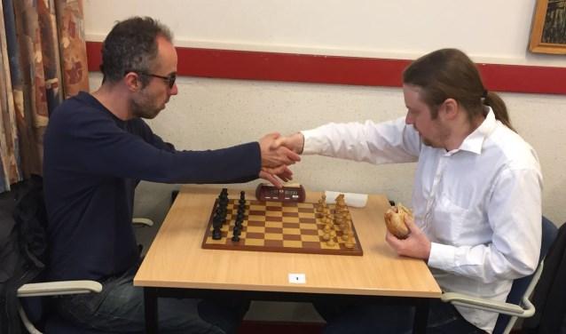 Winnaar Erik van den Doel (links) riep Hotze Tette Hofstra een halt toe.