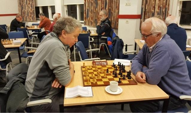 Martin Markering (links) won wel, maar verspeelde toch de tweede plaats aan Hotze Tette Hofstra. (foto: Rinus van der Molen)