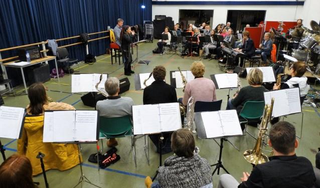 Het Thomas Orkest repeteert voor de uitvoering Symphonic Rock.