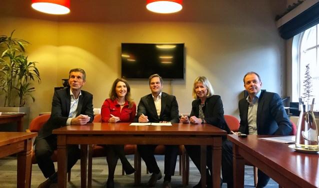 Op de foto (van links naar rechts): Simon Fortuyn (gemeente Lansingerland), Heidi Boussen (ministerie I en W), Menno van der Ploeg (ProRail), Loeky van der Horst (stichting Stop Geluidsoverlast HSL) en Arnold Hornung (Infraspeed Maintenance).