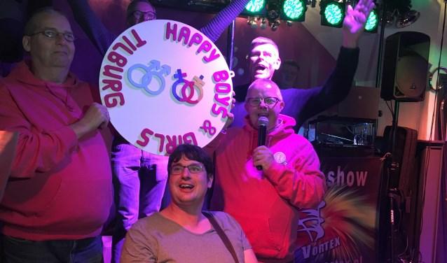 De ambassadeurs van Happy Boys & Girls, bij hun bord, dat nu in de Lollipop komt te hangen. V.l.n.r. Frank, Freek en Leon zijn anderhalve maand in training geweest om ambassadeur te worden bij Zonder Stempel.