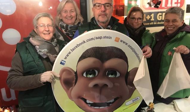 Marie-José de Zeeuw (tweede van links) in actie tijdens de kerstmarkt in Winkelcentrum Achterveld.