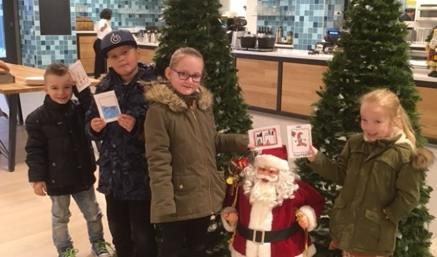Leerlingen van de Frans Naereboutschool brengen kerstkaarten naar Ter Reede