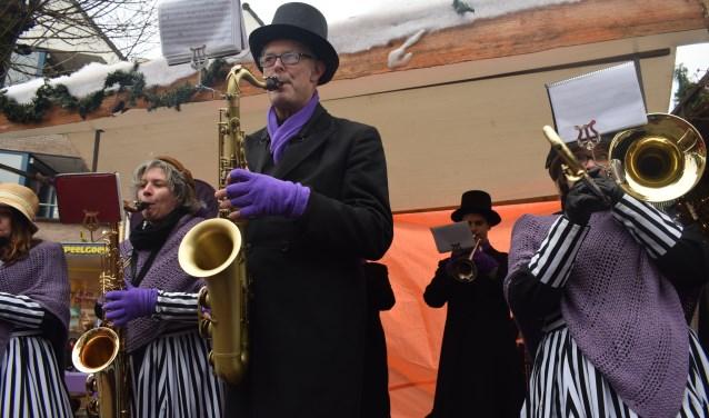 Blaasorkest Zimpel Sat speelt kerstdeuntjes tijdens de Dickensfair. Foto: Rick Praamstra