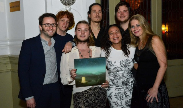 Lorenzo D' Alba toont trots zijn eerste lp. Op de foto ook de muzikanten die meespelen op zijn album met rechts van hem producer Sjors Segaar en links van hem musicalster Nurlaila Karim. (Foto: Jos van Leeuwen)