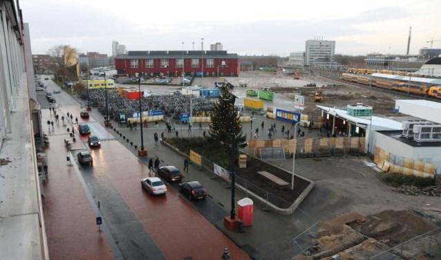 De kerstboom is geplaatst tijdens de starthandeling voor de bouw van het Zwolse busstation.