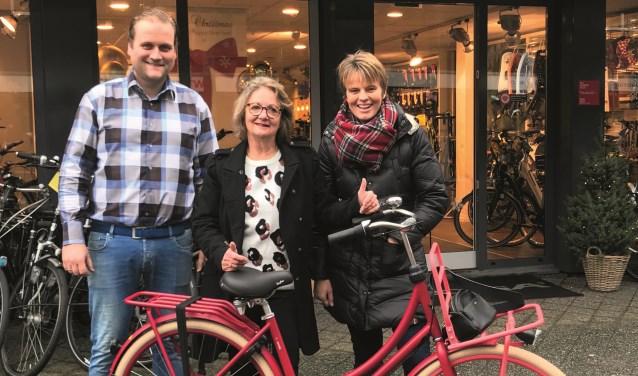 V.l.n.r.: Erik de Widt, eigenaar Het Rijwielpaleis Zeist, Maud Marres winnaar fiets, Ida Nijenhuis van de jongeren World Servants Zeist. FOTO: Aart Otten
