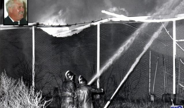 Jaarwisseling 1977–1978: Brandweerlieden Toonen en Josten blussen de brand in de loods van Nutricia (Foto: FAD). Linksboven Tonnie Heijl.