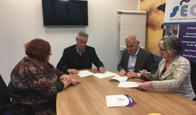 Vertegenwoordigers van het Sport Expertise Centrum en Ons Welzijn schoven onder toeziend oog van wethouders Annemieke van de Ven en Kees van Geffenaan tafel en beklonken hun een samenwerking door een overeenkomst te tekenen.