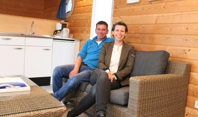 """Hasse en Corinna van Opbergen: """"Met een overnachting in De Waterlodge huur je een nacht in een echt origineel huisje."""" FOTO: LEON JANSSENS"""