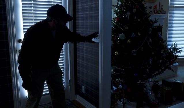 Gaat u de komende feestdagen op visite bij vrienden of familie? Laat dan altijd de lichten van uw kerstboom aan en zorg ervoor dat er ook wat andere lichten in huis branden. Dan is de kans groot dat inbrekers uw huis voorbij gaan. (foto: Shutterstock)