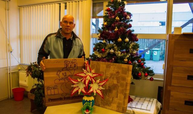 Penitentiair inrichtingswerker Jan de Gouw staat bij enkele cadeaus die 'zijn' gedetineerden hebben gemaakt voor het project 'Presents from Prisoners'. Deze kunstwerken zijn voor de kinderafdeling van het Jeroen Bosch Ziekenhuis.