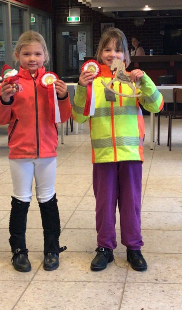Britt Tijhuis en Boukje Mengerink tonen vol trots hun lintjes!