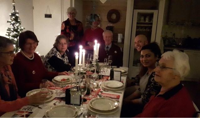 De tafel in inloophuis Beth Berèchem staat gedekt voor een kerstmaaltijd ter bemoediging van de uitgenodigde gasten.