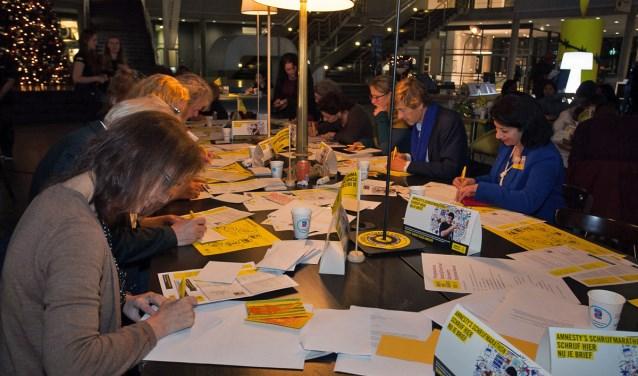 Op drie locaties kunnen Tilburgers op zaterdag 10 december schrijven voor de rechten van de mens tijdens de jaarlijkse Schrijfmarathon