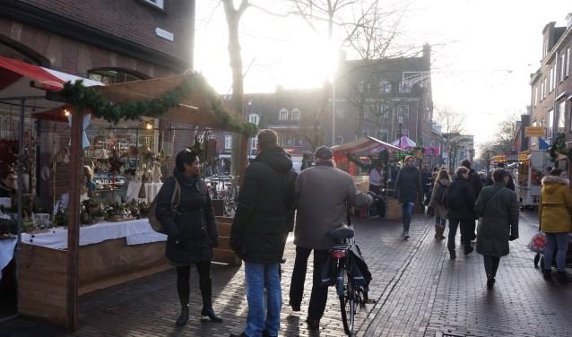 Het lage winterzonnetje gaf extra sfeer, hier bijvoorbeeld in de Hoogstraat bij de Markt.