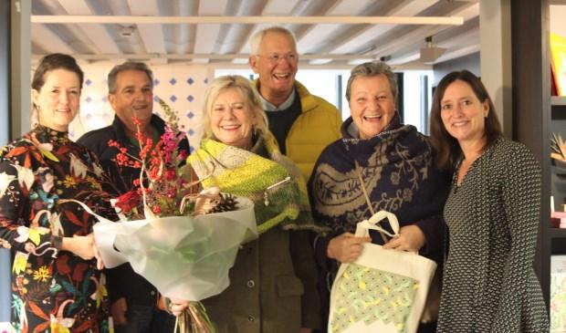 Het 'winnende' gezelschap, geflankeerd door artistiek directeur Karin van Lieverloo (links) en zakelijk directeur Margo Elemans (rechts).