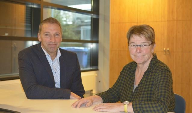 Vrijwilliger Peter Uilenhoed en coördinator Loes van Delft zijn twee van de Burenbemiddelaars in Vlaardingen. Volgens hen geeft het werk veel voldoening en ze kijken uit naar nieuwe collega's. (Foto: Britt Planken)