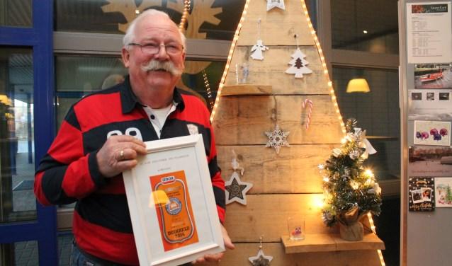 """Henk van Dijk met zijn oorkonde voor tien Nieuwjaarsduiken bij De Paardekreek: """"Maar ik heb er veel meer gedoken."""" FOTO: Leon Janssens"""