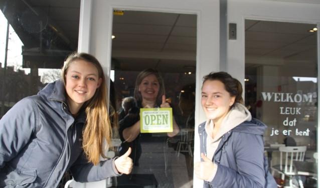 Dianne Dobbelsteen heeft het bordje 'Open' opgehangen bij Brownies & Downies. Fleur en Bodil zijn tevreden.