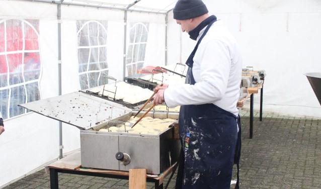 Maurice Burger bakt vandaag, morgen en op oudjaarsdag oliebollen bij de brandweer. ()Foto: Henk Jansen)