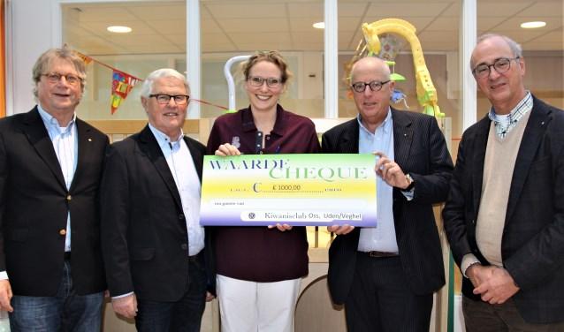 Leden van Kiwanisclub Oss  en en Uden-Veghel overhandigen de jaarlijkse donatie aan Anne van den Berg van Bernhoven.