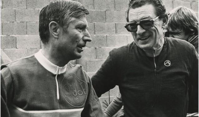 Commissaris van de Koningin mr. A. van Agt en burgemeester dr. G. Borrie tijdens een wielertocht voor prominenten in 1979. Fotograaf G. van Roden | Beeldcollectie RHCe