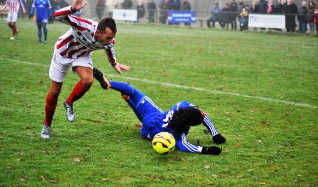 Duno speler Purrel Fränkel werd binnen de zestienmeter getackeld door Mike Peters. Geen pentalty. Foto: gertbudding.nl