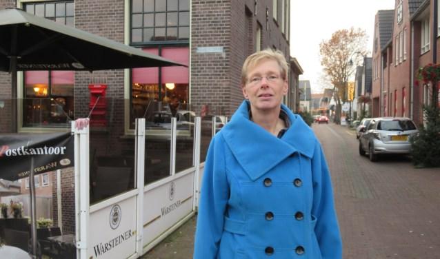 Petra Lenskens zoekt ooggetuigen van een ongeval dat hier in 2015 plaatsvond en waaraan ze ernstige knieklachten heeft overgehouden. Foto: Doriet Willemen.