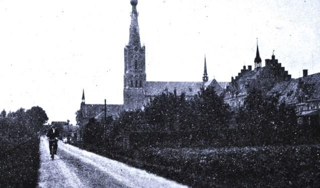 Op deze foto uit ca. 1914 staat rechts het klooster, in het midden de nieuwe (huidige) kerk en daarnaast de oude kerk. Die laatste was voor Nederlandse militairen tijdens de Eerste Wereldoorlog een onderkomen, maar in de winter gingen de houten banken de kachel in.