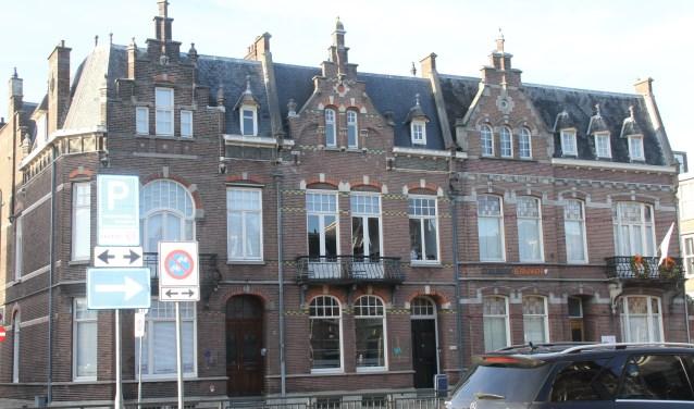 Het woningblok aan de Oranje Nassaulaan 1,3 en 5 is architectonisch in neorenaissancestijl gebouwd.