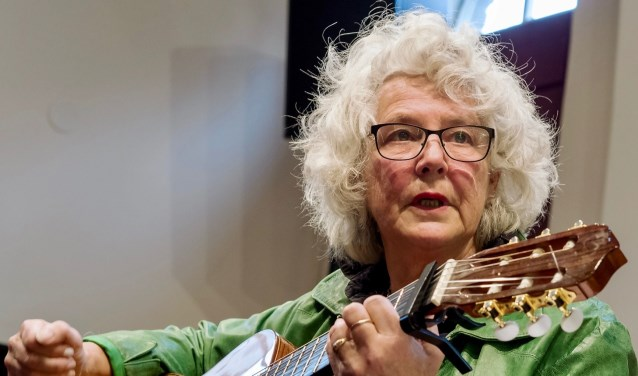 Olga Franssen probeerde zondag haar liefde voor Monteverdi op het publiek over te brengen. Daar slaagde zij met vlag en wimpel in! Foto: Miel van Hutten