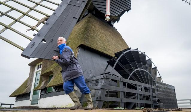 Molenaar Kees Noorlander zet met vereende krachten zijn molen in de vreugdestand vanwege het heugelijke feit! (Foto: Cees van der Wal)