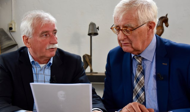 Burgemeester Roel Augusteijn sluit met presentator Leo Swaans het jaar 2017 af in 'De tafel van Heusden'. Foto: Ad Kraamer
