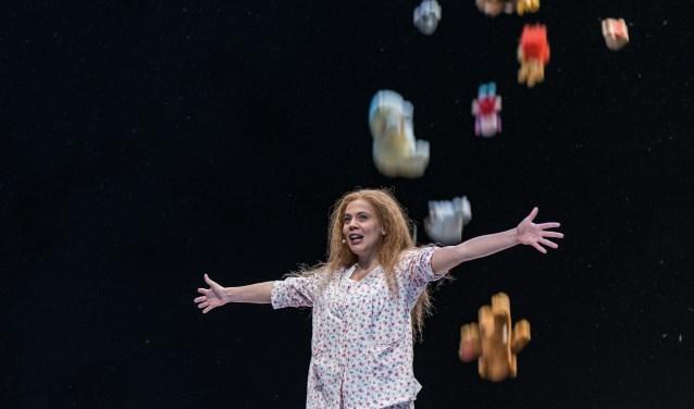 Anne Rats als Sofie, in een regen van knuffeldieren. De coproductie van Theater aan de Schie en De Stokerij Schiedam was erg geslaagd.