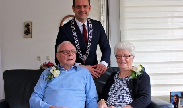 Diamanten bruidspaar Van de Kuil -Roeland samen met burgemeester Sjoerd Potters. FOTO: Els van Stratum