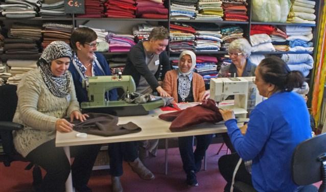 Anita van der Vlist helpt samen met vrijwilligers nieuwkomers in Leusden hun kleermakersvak of hobby uit te oefenen. (Foto: Hetty Heijne)
