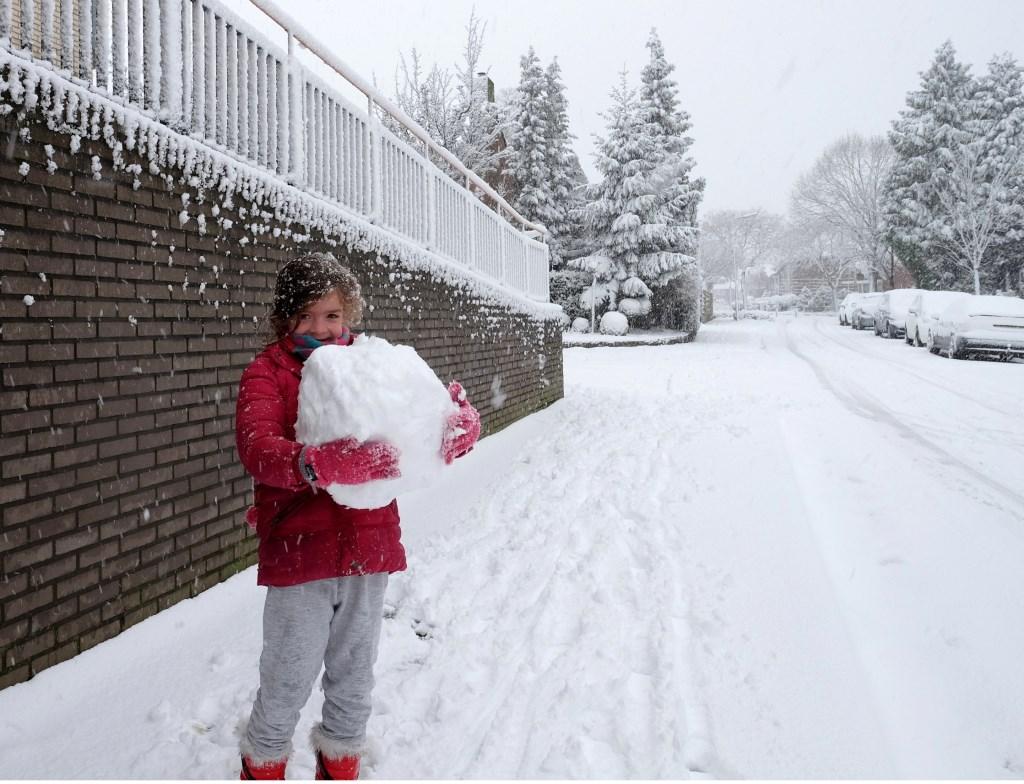 En deze bal neem ik fijn mee naar huis, moet Carlijn gedacht hebben.  © Persgroep